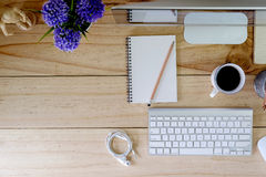 在木桌和办公室材料上的工作区现代台式计算机 图库摄影