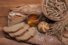 在木桌和棕色背景上的被烘烤的物品 免版税库存照片