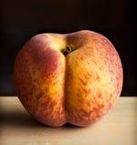 在木桌和黑暗的背景上的桃子 免版税库存图片