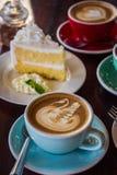 在木桌咖啡馆、饮料咖啡和鲜美蛋糕的咖啡时间 免版税库存图片