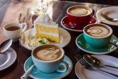 在木桌咖啡馆、饮料咖啡和鲜美蛋糕的咖啡时间 库存照片