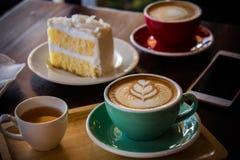 在木桌咖啡馆、饮料咖啡和鲜美蛋糕的咖啡时间 库存图片