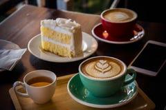 在木桌咖啡馆、饮料咖啡和鲜美蛋糕的咖啡时间 免版税库存照片