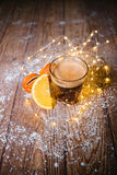 在木桌圣诞节的乳脂状的姜咖啡 免版税库存照片