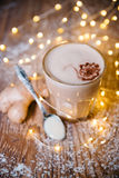 在木桌圣诞节的乳脂状的姜咖啡 库存照片