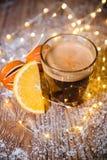 在木桌圣诞节的乳脂状的姜咖啡 图库摄影
