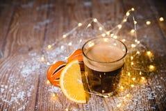 在木桌圣诞节的乳脂状的姜咖啡 库存图片