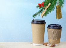 在木桌圣诞节背景的纸咖啡杯 免版税库存图片