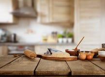在木桌安置的烘烤成份 免版税库存照片