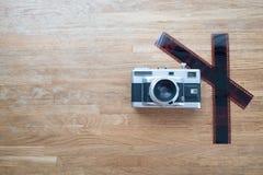 在木桌放置的影片35mm照相机 免版税库存图片