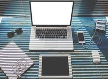 在木桌是膝上型计算机的葡萄酒,片剂,是音乐的耳机 图库摄影