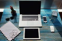 在木桌是膝上型计算机的葡萄酒,片剂,是音乐的耳机 库存图片