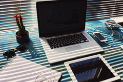 在木桌是膝上型计算机的葡萄酒,片剂,是音乐的耳机 库存照片