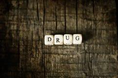 在木桌概念上瘾者的老破旧的污浊的照片药物药片 免版税库存照片