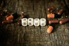 在木桌概念上瘾者的老破旧的污浊的照片药物药片 库存照片