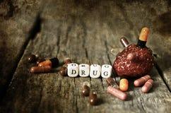 在木桌概念上瘾者的老破旧的污浊的照片药物药片 库存图片