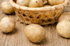在木桌特写镜头,选择聚焦的嫩土豆土豆 库存图片