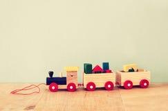 在木桌的木玩具火车 库存照片