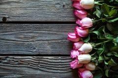 在木桌的桃红色玫瑰花束 与拷贝空间的顶视图 花 免版税库存图片