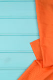 在木桌的橙色毛巾 免版税库存图片