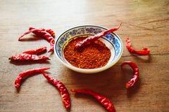 在木桌的红辣椒 库存图片