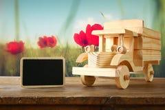 在木桌的老木玩具汽车 乡情和朴素概念 您创造性的被弄皱的设计图象混杂的记数法办公室老纸被弄脏的样式纹理使用的葡萄酒 免版税库存照片