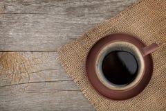 在木桌纹理的咖啡杯 免版税库存照片