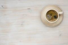在木桌纹理背景的咖啡杯顶视图 库存图片