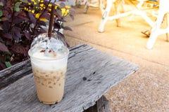 在木桌细节的冰冷的咖啡 库存照片