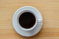 在木桌背景的咖啡杯顶视图 图库摄影