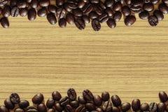 在木桌背景的咖啡豆 图库摄影