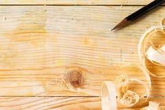 在木桌背景的木匠工具与锯木屑拷贝空间 免版税库存图片