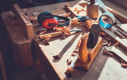 在木桌背景的木匠工具,木匠工具在松木桌里,木材加工工具 库存照片