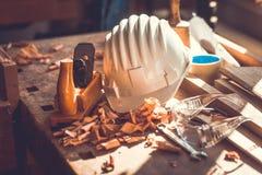 在木桌背景的木匠工具,木匠工具在松木桌里,木材加工工具 库存图片