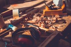 在木桌背景的木匠工具,木匠工具在松木桌里,木材加工工具 免版税库存图片