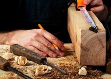 在木桌背景的木匠工具 复制空间 顶视图 免版税库存照片