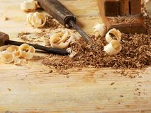 在木桌背景的木匠工具 复制空间 顶视图 免版税库存图片