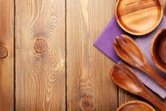 在木桌背景的木厨房器物 免版税图库摄影