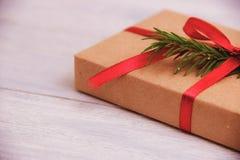 在木桌背景的礼物盒与拷贝空间 免版税库存照片