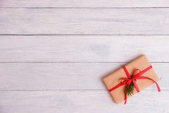 在木桌背景的礼物盒与拷贝空间 免版税库存图片