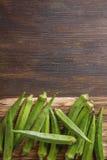 在木桌背景的秋葵夫人Fingers或 tex的空间 免版税库存图片