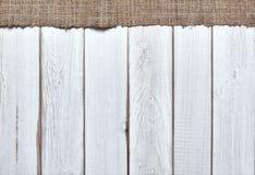 在木桌背景的粗麻布纹理 免版税库存照片