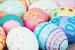 在木桌背景的选择聚焦五颜六色的复活节彩蛋 免版税图库摄影