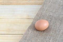 在木桌背景的鸡蛋 库存照片