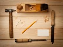 在木桌背景的细木工技术工具与 免版税库存照片