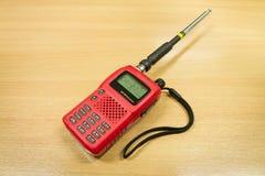 在木桌背景的VHF FM收发器 库存照片
