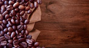 在木桌背景葡萄酒样式的咖啡豆图形设计的 库存照片