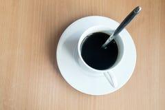 在木桌背景,咖啡,杯,咖啡杯的咖啡杯顶视图 免版税图库摄影