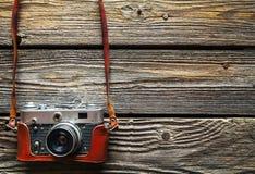 在木桌背景,葡萄酒颜色口气的减速火箭的照相机 库存图片