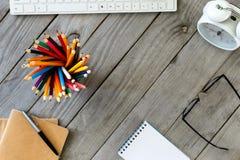 在木桌面上的许多不同的色的铅笔 库存照片